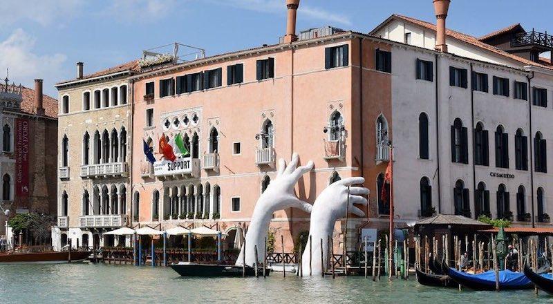 Скульптура Руки из воды Венеция