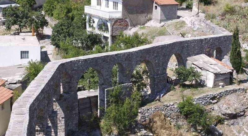 Бар античный акведук